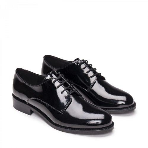 Olaya Black Micro, são sapatos femininos estilo derby com frente lisa, feitas em couro vegan. Cuidadosamente fabricado em Portugal.