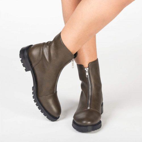 As Tecla Micro são umas botas de cano baixo em formato cap-toe, feitas em couro vegan. Cuidadosamente fabricado em Portugal.